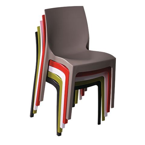 Plastové židle ISA lze stohovat