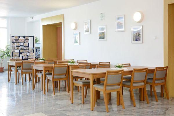Dřevěné židle pro kulturní dům