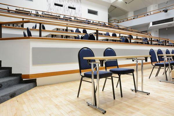 Stoly a židle pro konference