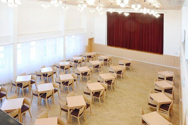 Dřevěné stoly pro kulturní dům