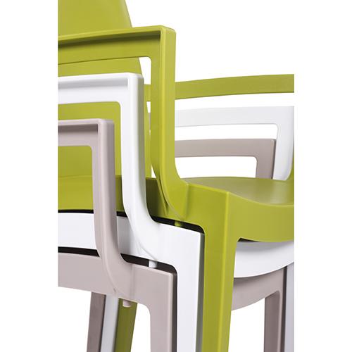 Stohování plastové židle