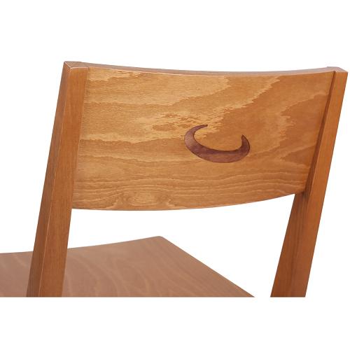 Dřevěné židle do restaurace s logem