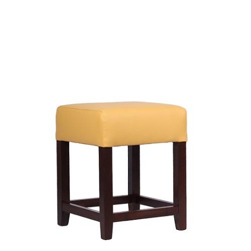 Čalouněné taburetky a židle bez opěradla.